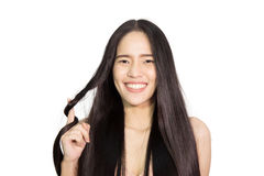 Capelli lunghi sani della donna che tengono i suoi capelli fotografia stock