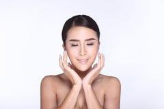 Capelli neri diritti della bella donna pulita della pelle con la posa regolare Immagine Stock Libera da Diritti