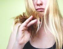 Capelli nocivi Bella giovane donna triste con capelli scompigliati lunghi Danno dei capelli, salute e concetto di bellezza fotografie stock