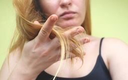 Capelli nocivi Bella giovane donna triste con capelli scompigliati lunghi Danno dei capelli, salute e concetto di bellezza fotografia stock libera da diritti