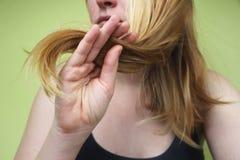 Capelli nocivi Bella giovane donna triste con capelli scompigliati lunghi Danno dei capelli, salute e concetto di bellezza immagine stock libera da diritti