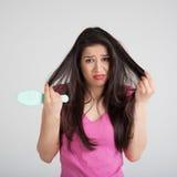 Capelli perdenti colpiti della donna sulla spazzola per i capelli Immagine Stock