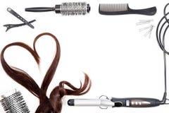 Capelli, pettini e strumenti di lavoro di parrucchiere sull'isolato bianco fotografia stock libera da diritti