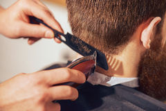 Capelli professionali di taglio del barbiere del suo cliente immagine stock libera da diritti
