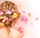 Capelli ricci decorati con i fiori fotografia stock libera da diritti