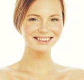 Capelli rossi sorridenti felici attraenti di signora dell'immagine della stazione termale giovani isolati sulla fine di bianco su Immagini Stock Libere da Diritti