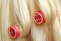 Capelli in rulli dei capelli Fotografia Stock