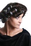 Capelli-rulli sulla testa della donna. Capelli-bigodini immagine stock libera da diritti