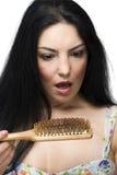 Capelli scossi di perdita della donna sul hairbrush Immagine Stock