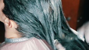 Capelli scuri di coloritura da un parrucchiere archivi video