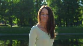 Capelli soleggiati brillanti castani dorati di vibrazione della donna, movimento lento stock footage