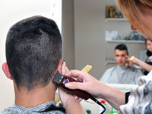 Capelli tagliati al barbiere immagine stock