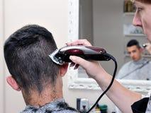 Capelli tagliati al barbiere fotografia stock