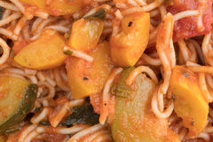 Capellini con il punto di vista vicino degli spinaci e dello zucchini Fotografia Stock