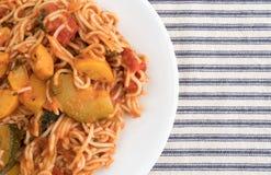 Capellini con lo zucchini e gli spinaci su un piatto Immagine Stock