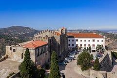 Capelo hus, det historiska hotellet och Santiago Church, inom den Palmela slotten Royaltyfri Foto