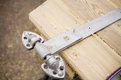 Capentry naprawiania zawias na bramie Zdjęcie Stock