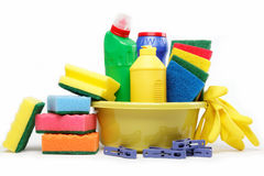 Capienza con i rifornimenti di pulizia isolati su bianco. fotografia stock
