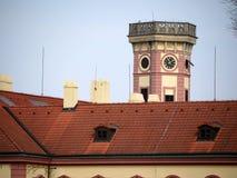 Capilla asumida el control torre vieja del tejado del edificio Imágenes de archivo libres de regalías