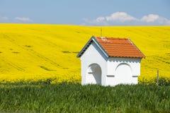 Capilla blanca en campos coloreados Imagen de archivo libre de regalías
