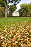 Capilla blanca en el otoño Imagen de archivo libre de regalías