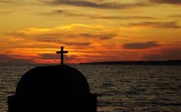 Capilla católica y puesta del sol Fotos de archivo libres de regalías