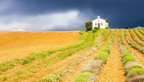 Capilla con el campo de la lavanda, Provence Imagen de archivo