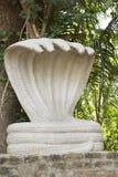 Capilla con la estatua cinco-dirigida grande, blanca de la cobra de Shesha Fotos de archivo