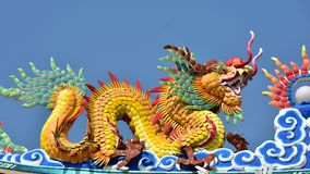 Capilla con las estatuas de dragones y otras estatuas respetables del arte chino en Tailandia fotos de archivo