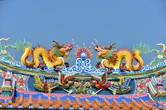 Capilla con las estatuas de dragones y otras estatuas respetables del arte chino en Tailandia fotografía de archivo