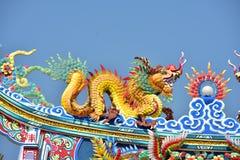 Capilla con las estatuas de dragones y otras estatuas respetables del arte chino en Tailandia foto de archivo libre de regalías