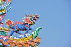 Capilla con las estatuas de dragones y otras estatuas respetables del arte chino en Tailandia imagen de archivo