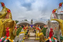 Capilla con las estatuas del gallo que lucha - Samut Sakhon, Tailandia de Phanthai Norasing imagen de archivo libre de regalías