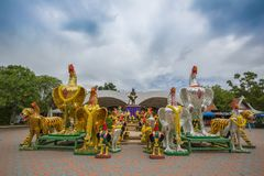 Capilla con las estatuas del gallo que lucha - Samut Sakhon, Tailandia de Phanthai Norasing imagenes de archivo