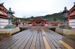 Capilla de Itsukushima de la visita de los turistas el 12 de diciembre de 2014 en Miyaji Fotos de archivo libres de regalías
