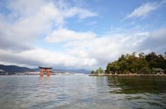 Capilla de Itsukushima de la visita de los turistas el 12 de diciembre de 2014 en Miyaji Imagenes de archivo