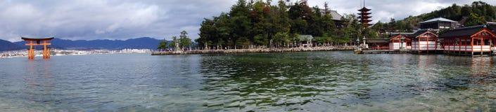 Capilla de Itsukushima de la visita de los turistas el 12 de diciembre de 2014 en Miyaji Fotografía de archivo