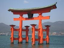 Capilla de Itsukushima Torii Fotos de archivo libres de regalías