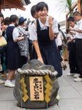 Capilla de Jishu Jinja del tacto del grupo de la muchacha en templo del kiyomizu Foto de archivo libre de regalías