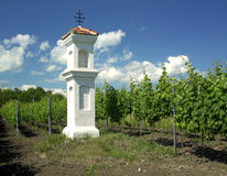 Capilla de la aldea con wineyard cerca de Perna Foto de archivo