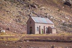 Capilla de las Nieves Chapel på Puente del Inca eller Inca Bridge nära Cordillera de Los Anderna - det Mendoza landskapet, Argent royaltyfri foto
