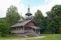 Capilla de madera de envejecimiento en aldea Fotos de archivo libres de regalías