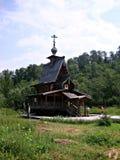 Capilla de madera en nombre de Sergius de Radonezh cerca de la cascada Gremyachiy Klyuch fotos de archivo libres de regalías
