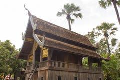 capilla de madera tailandesa vieja en estilo del lanna del templo foto de archivo libre de regalías