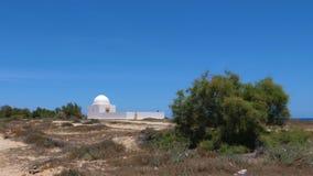 Capilla de piedra blanca sola en la isla del mar en fondo del cielo azul metrajes