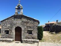 Capilla de piedra en una pequeña ciudad gallega fotografía de archivo