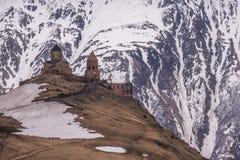 Capilla de Staphanzminda en montañas imagenes de archivo