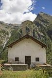 Capilla de un pueblo alpino abandonado Fotos de archivo libres de regalías