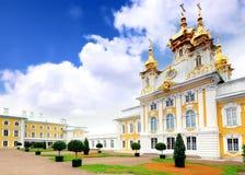 Capilla del este del palacio de Petergof en St Petersburg. Fotografía de archivo