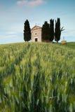 Capilla en colinas toscanas Imagen de archivo
